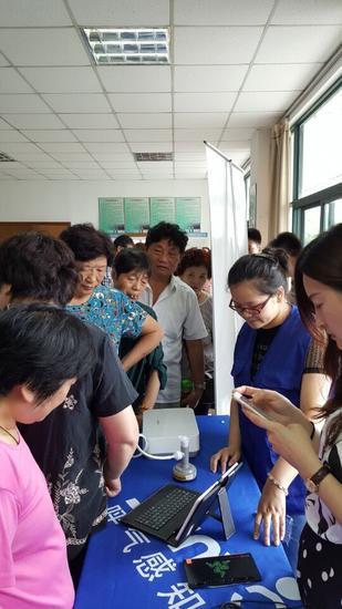 志愿者为居民进行炎症呼气体检项目免费检测服务