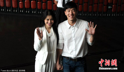 图为2014年9月11日,刘翔携新婚妻子葛天出席活动。