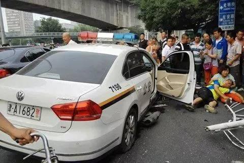 津牌警车撞倒护栏后撞上一台骑电动车的男子,男子倒地后头部流血,电动车被卷入警车车轮。