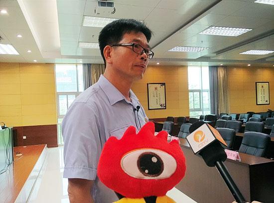 崇左中院党组成员、副院长韦简浩接受采访