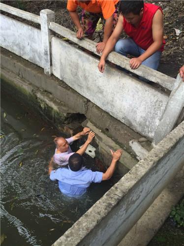 无锡民警下河救助失足落水老人(路人摄)