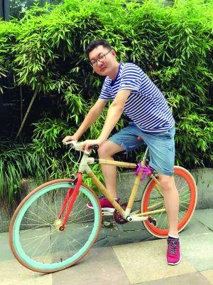 祁钊和他自制的竹子自行车   社区供图