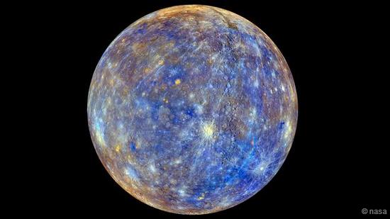 经过色彩强化处理的水星全球图像,不同色彩代表不同的地表成分