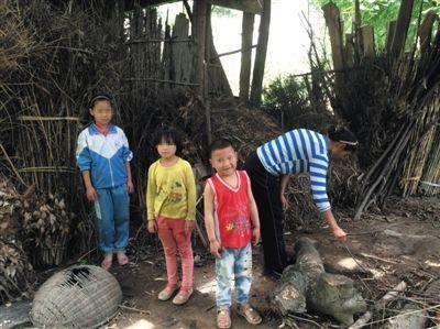 罗梅和她的三个孩子。中间两个孩子为罗梅夫妇在逃亡途中所生。