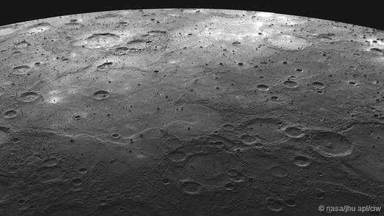 水星地表遍布撞击坑,整体而言与地球的卫星——月球的表面很相似