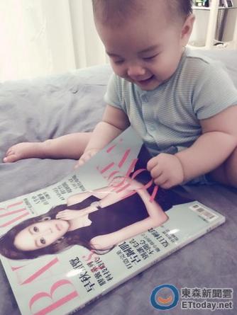 侯佩岑爱子一字马看杂志