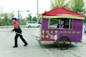 谢淑华拉着这辆人力板车,带着91岁老母亲出游