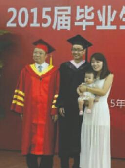 成大本科生带妻女参加毕业典礼
