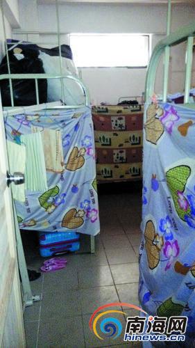该住宅被改成员工宿舍,每个房间内都摆有多张双层床