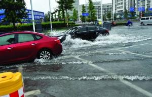大雨让南京不少地方积水严重 现代快报记者 赵杰 摄