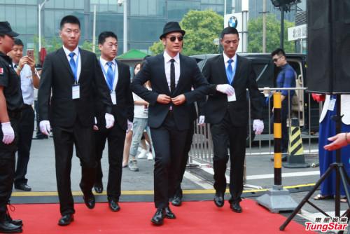 新浪娱乐讯 6月25日,黄晓明为某品牌站台现身北京。当天,他一身西服头戴礼帽帅气亮相。由多名保镖护驾派头十足。