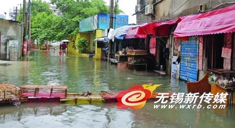 昨天,绿塔路部分路段遭水淹,多户居民家进水。(卢易 摄)