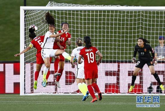 6月26日,中国队球员吴海燕(左一)与美国队球员拉皮诺(左二)在中国队门前争顶。当日,在加拿大渥太华进行的第七届国际足联女足世界杯四分之一决赛中,中国队对阵美国队。 新华社记者丁旭摄