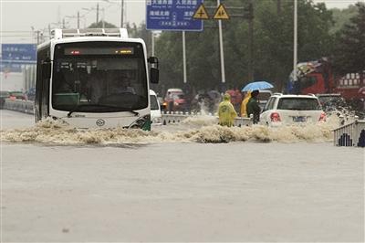 昨天,一辆公交车经过常州市积水路段。陈暐 摄