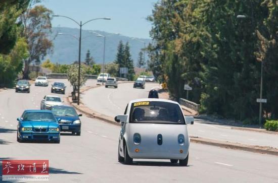 资料图片:行驶在加州街头的谷歌无人驾驶汽车。