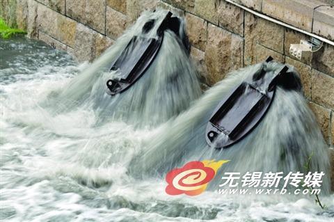 昨天,城区一处泵站开足马力排涝。(卢易 摄)