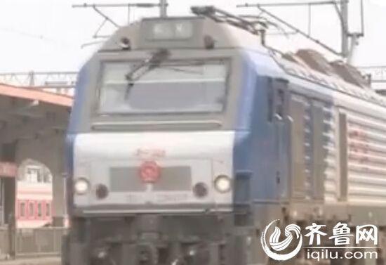按规定,货运列车行经客运站时,要减速缓慢驶过,以确保安全。(视频截图)