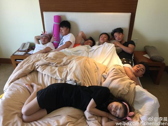 跑男团7人同睡一张床