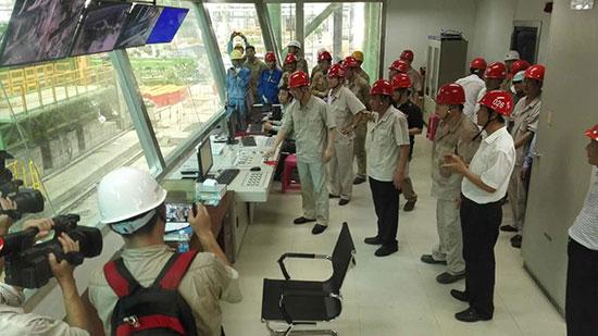 武钢党委常委、副总经理、广西钢铁公司总经理胡望明按下按钮,2030mm冷轧机组一次性通板试车成功。