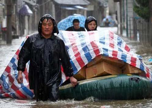 暴雨中转移的人们