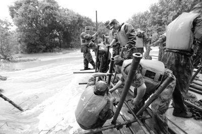 南京军区某舟桥旅160余名官兵紧急出动抢险,封堵决口。