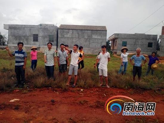 村民们在现场介绍情况(南海网记者刘培远摄)