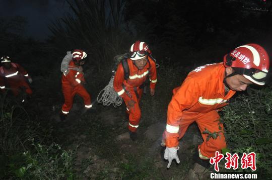 消防官兵徒步上山救援。