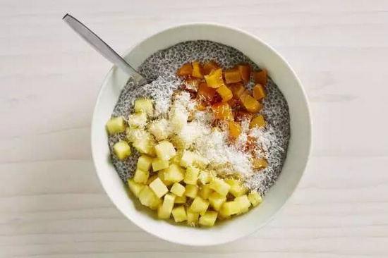明列子布丁配杏子干及菠萝片