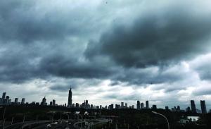 昨天南京城一度大雨不断、乌云笼罩 现代快报记者 顾炜 摄