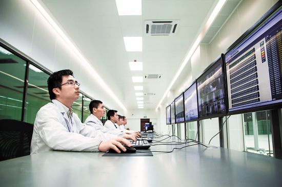 天河二号工作人员监看系统运行情况(图片由广州超算中心提供)