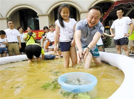 6月27日,走走族的40多个家庭驱车到万盛黑山谷重报云麓,孩子们与家长一起体验摸鱼捉泥鳅的乐趣。