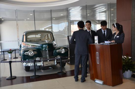 展厅一侧的林肯老爷车展示
