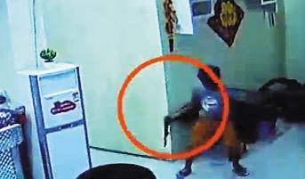 视频中,一蒙面男子持枪射击。