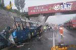 视频:山东客车司机疲劳驾驶撞桥墩 6人死亡现场惨烈
