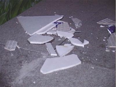 为阻大妈跳舞,广场上被放了大量碎瓷砖。