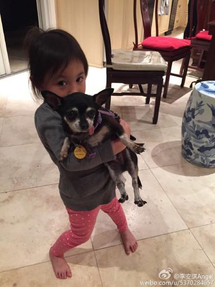 奥莉抱狗卖萌