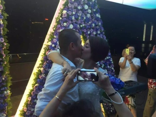"""6月29日是马伊琍生日,文章在上海包场为其庆生,现场补求婚和补送婚戒,并深情告白:""""小文以前不靠谱,今天以后想靠谱了。有你,便是一切。老婆,求求你嫁给我。"""""""