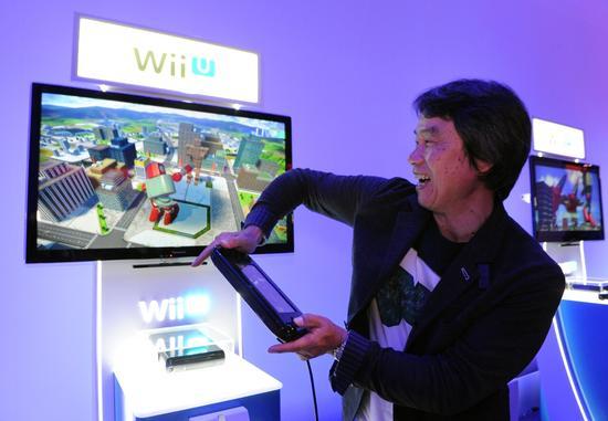 在玩Wii U的宫本茂
