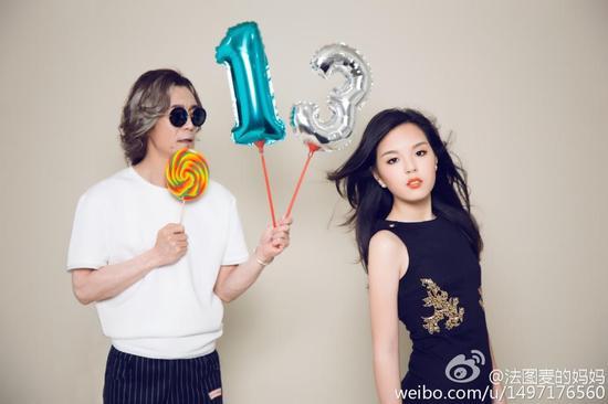 李咏和女儿法麦图写真