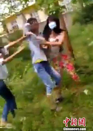 图为苏某怡(中)被戴口罩的女学生踢打。 视频截图 摄