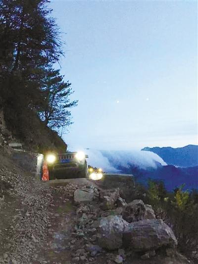 超载越野车在四川牛背山翻下40米山崖