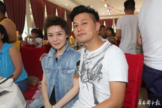 闵天浩与女粉丝合影。