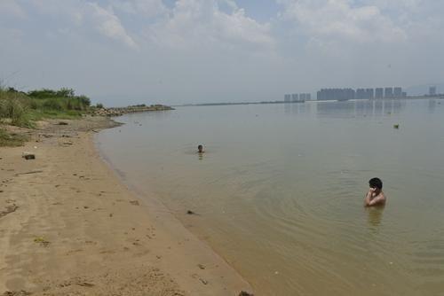 昨日(29号)下午,在小陈溺亡处,还有两个学生在游泳