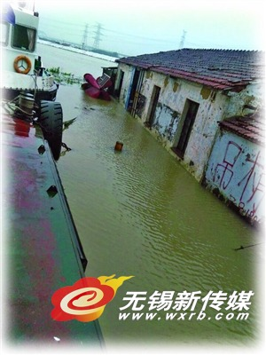 海事部门出动船巡查是否有受灾村民尚未撤离。(宋超 摄)