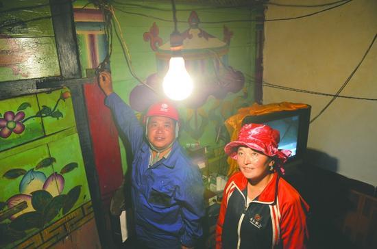 铺设线路完成后工作人员在49岁的亚马太家打开电灯