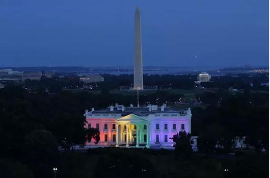 图片来源于白宫官网www.whitehouse.gov,仅作内容说明之用 (据悉,六色彩虹旗是同性恋平权运动常用的象征标志,旗帜上的红、橙、黄、绿、蓝、紫六种颜色分别代表生命、复原、太阳、自然、和谐、灵魂,象征着同性恋社群的多元化)