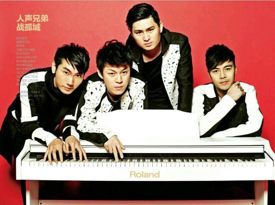 新浪娱乐讯 近日,阿卡贝拉人声兄弟组合一直忙于北京卫视《最美和声》前后四期节目录制中,每期的得票数都名列前茅,导师杨坤老师称,这四位小伙子真的很棒,他们对各种音乐风格编曲的能力己经超乎我所想像。近期人声兄弟组合将推出全新EP《正青春》。    阿卡贝拉人声兄弟《正青春》这是一张纯人声的EP,也是中国首张阿卡贝拉的原创EP,希望能通过他们最朴实纯真、最走心的方式,向大家传递正能量,且将正青春正能量一直延续下去。本张EP从词曲创作、编曲、演唱、录音及后期后由他们四位小伙子一手操作,经纪公司北京(CV