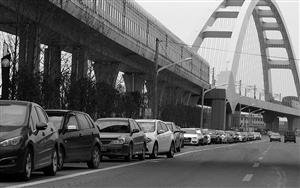 6月30日,宁波轨道交通高桥站外,大量机动车占用非机动车道停放