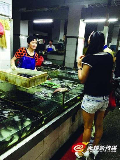 夏季水产销售成本高,带动部分品种零售价格也随之上升。商报记者朱洁/摄