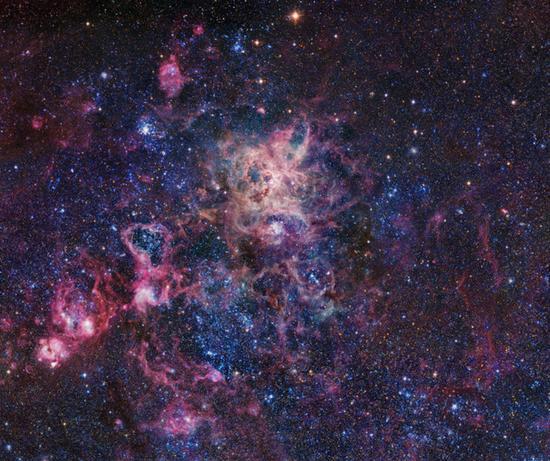 超新星1987A在扩张中的遗骸位于影像中心附近